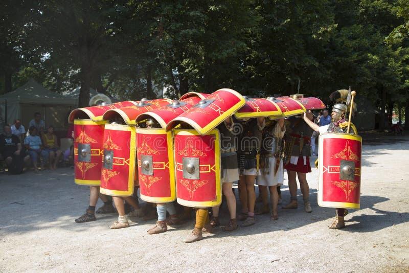 Römisches Schauspiel mit Gladiatoren und Legionären lizenzfreies stockbild