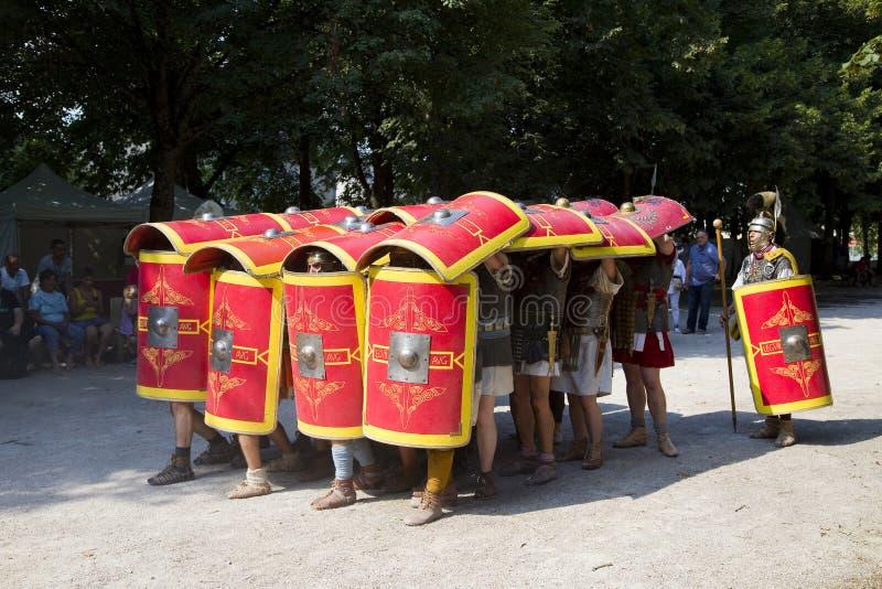 Römisches Schauspiel mit Gladiatoren und Legionären stockfotos