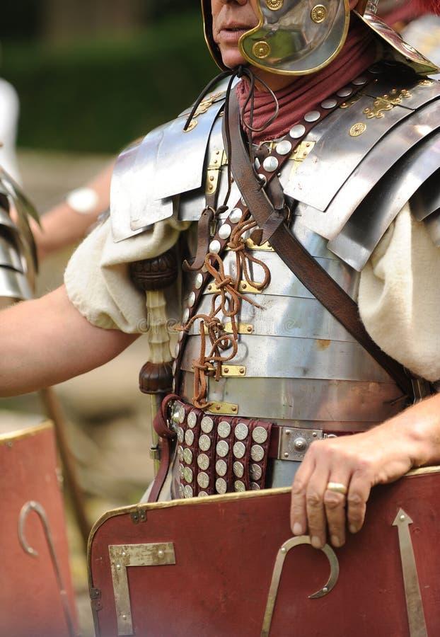 Römisches Soldatholdingschild stockfotos