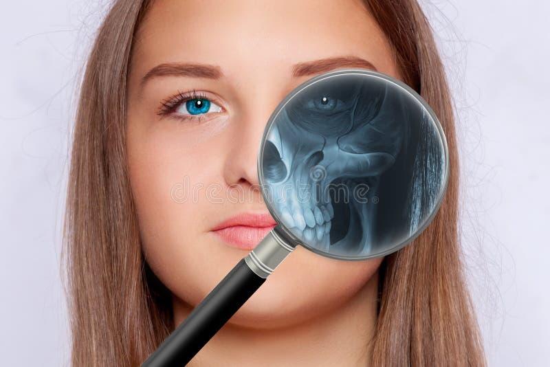 Röntgen- rastrering med ett förstoringsglas, fase av en ung kvinna royaltyfri bild