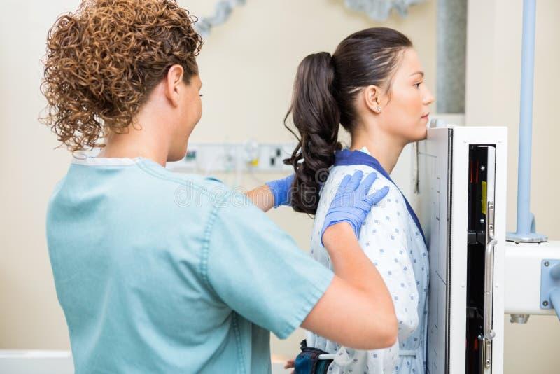 Röntgenstråle för sjuksköterskaPreparing Patient For bröstkorg royaltyfri fotografi