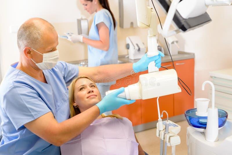 Röntgenstrahlprüfung an der Zahnchirurgie lizenzfreies stockbild