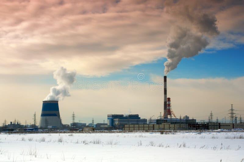 Rör av den termiska kraftverket Ånga och rök Industriellt fabrikslandskap arkivfoton