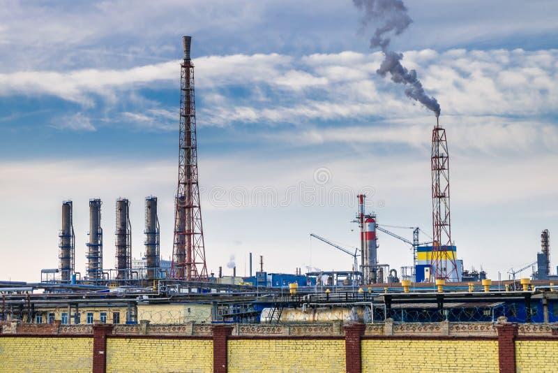 Rör av en kemisk företagväxt Luftföroreningbegrepp Industriell landskapmiljöbelastningavfalls av termisk makt arkivfoton
