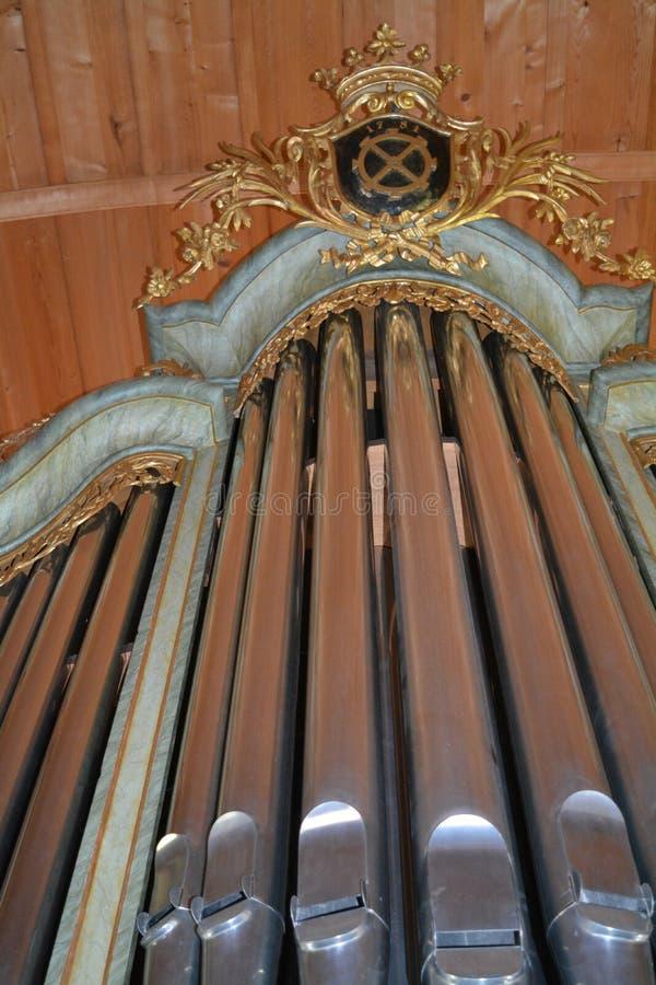 Rör av ett organ i en katolsk kyrka arkivbild