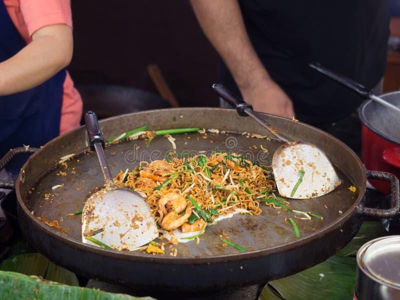 Rör den stekte ögonblickliga nudeln med räkor, och salladslöken, böngroddar wokar in royaltyfria bilder