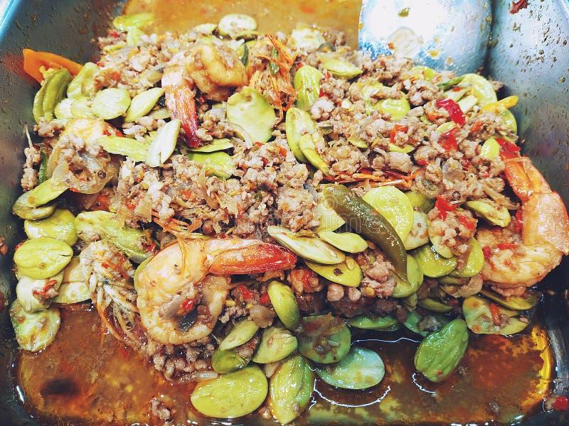 Rör Fried Shrimp med Sataw, griskött- och räkadeg arkivbild