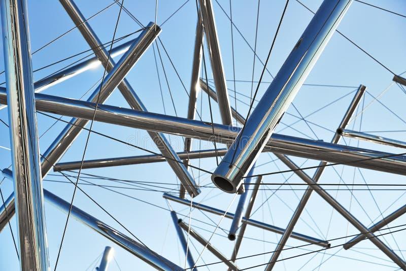 Rör och kablar moderna Art Sculpture royaltyfri bild