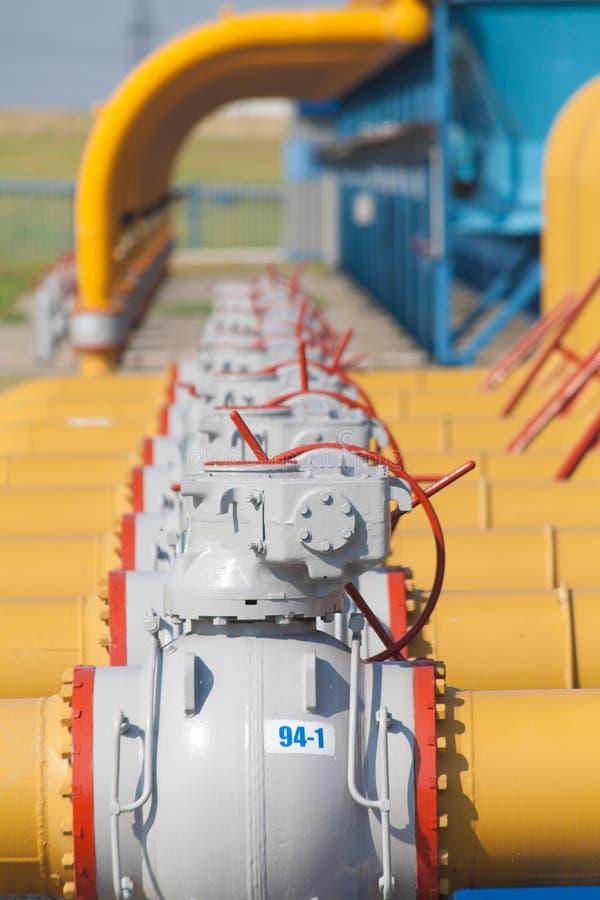 Rör och ventiler är på stationen för gaskompressorn arkivbilder