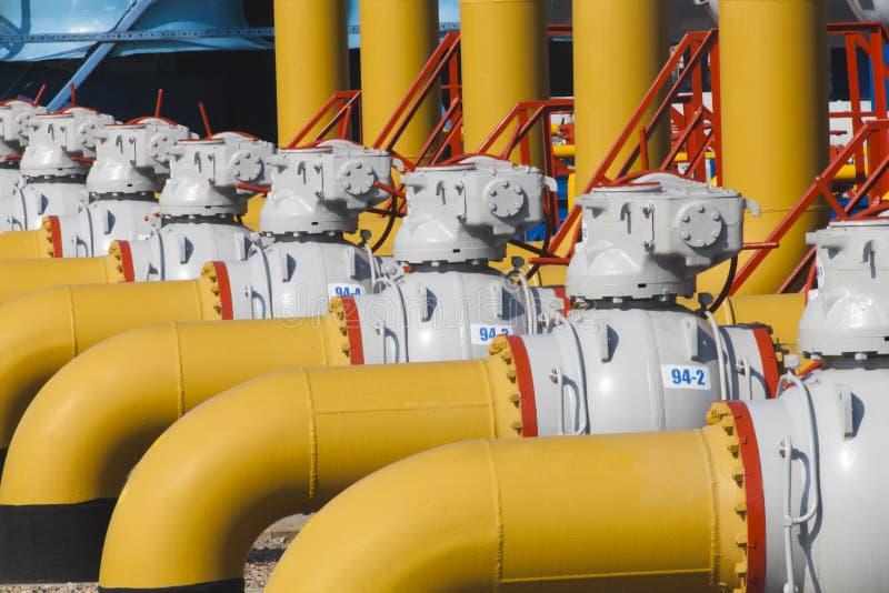 Rör och ventiler är på stationen för gaskompressorn arkivbild