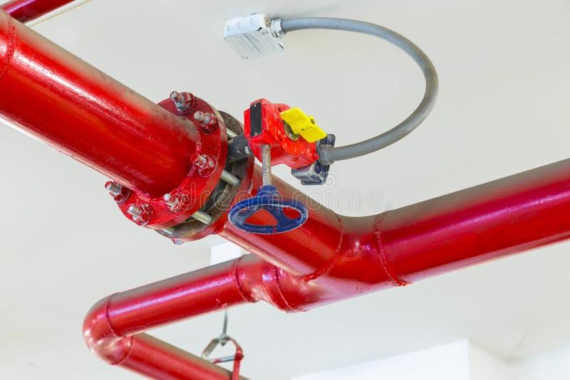 Rör och ventiler av sprinkleranläggningen i den automatiska indusen fotografering för bildbyråer