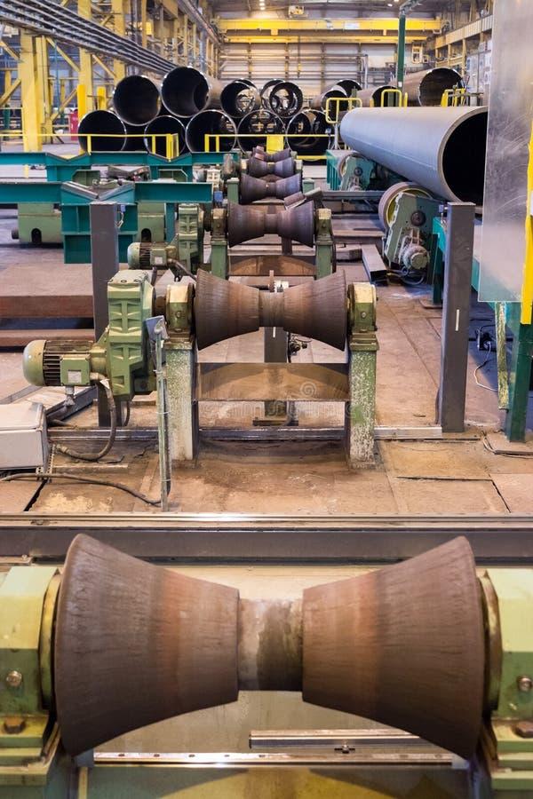 Rör-rullar tillverkninglinje på den rullande fabriken för rör arkivfoto