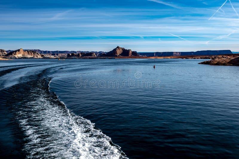 Rör sjön och tillfoga landskap arkivbilder