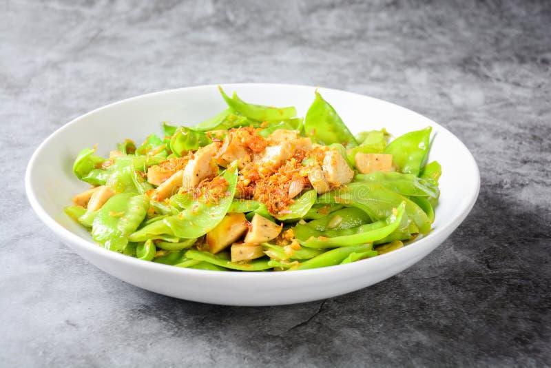 Rör småfisksnöärtor med vietnamesiska grillade ärtor för snö för grisköttSausageStir småfisk med den vietnamesiska grillade grisk royaltyfri bild