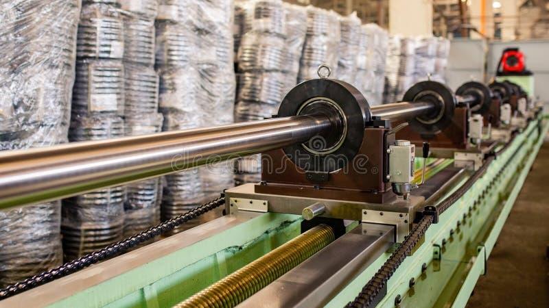 Rör som gör maskinen Växt för utrustningrörrullning arkivfoto