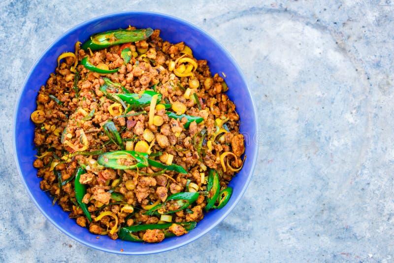 Rör stekt griskött med gul currydeg, thailändsk mat arkivbild