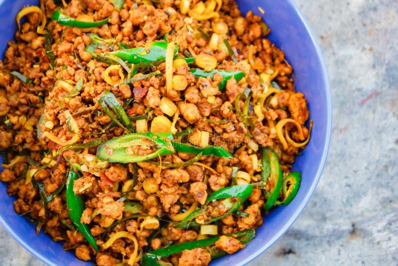 Rör stekt griskött med gul currydeg, thailändsk mat royaltyfri bild