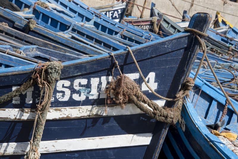 röra av små blåa fiska slagträn kurade tillsammans i port arkivfoton