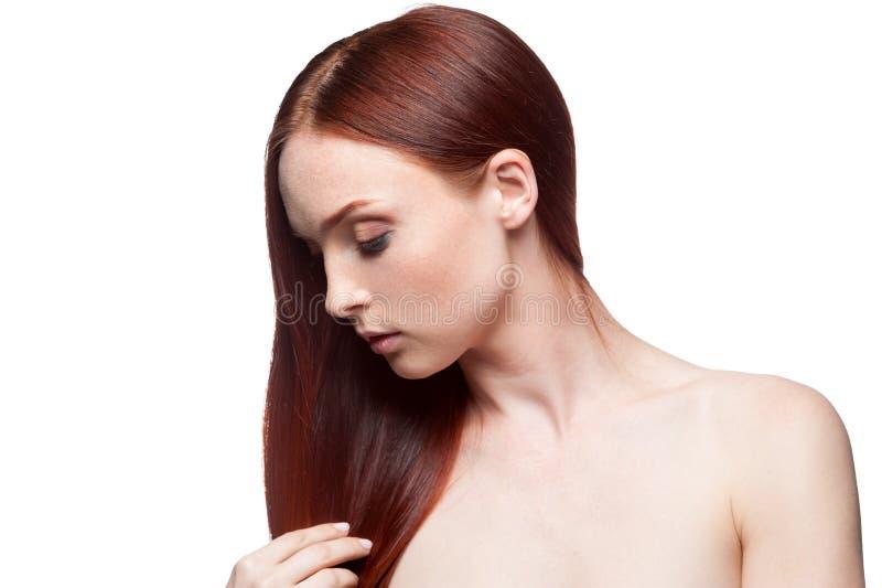 Röra hår för härlig röd haired flicka royaltyfri foto