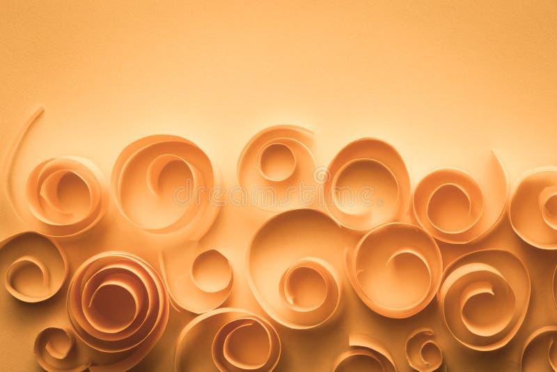 Röra sig i spiral elegant bakgrund för tappning med papper och virvlar, pappers- konst; gifta sig/årsdagkortbegrepp arkivbild