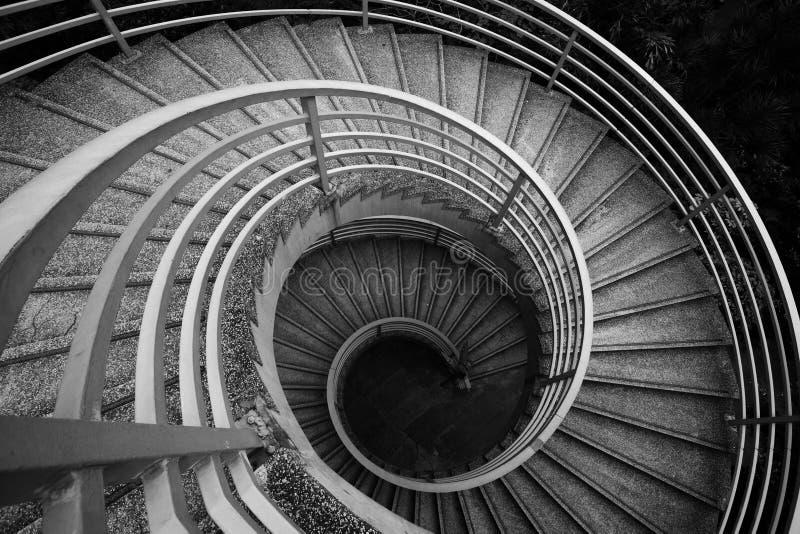 röra sig i spiral trappa arkivbild