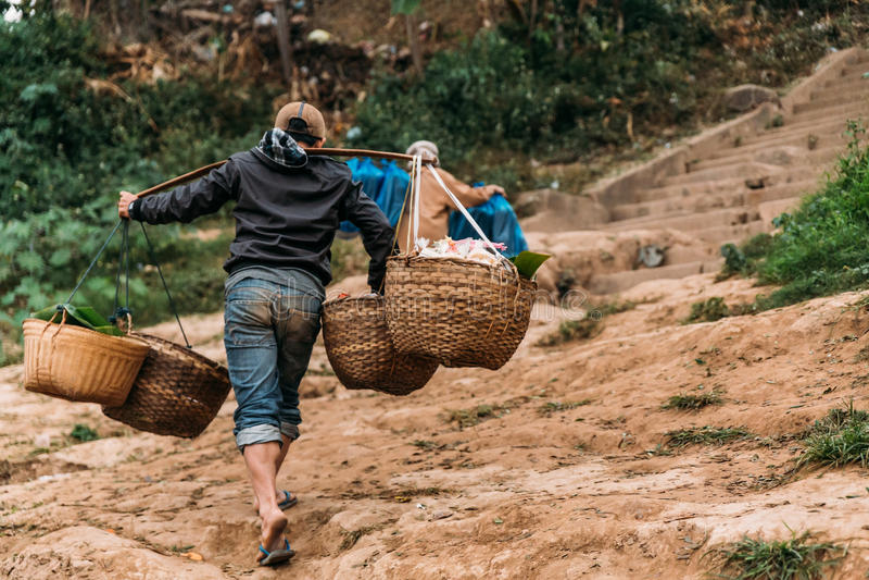 Rörande artiklar för folk till landet med fartyget i floden på Luang Prabang, Laos royaltyfria bilder
