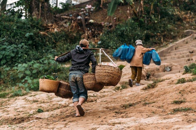 Rörande artiklar för folk till landet med fartyget i floden på Luang Prabang, Laos arkivbilder