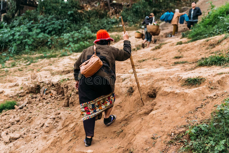 Rörande artiklar för folk till landet med fartyget i floden på Luang Prabang, Laos royaltyfria foton