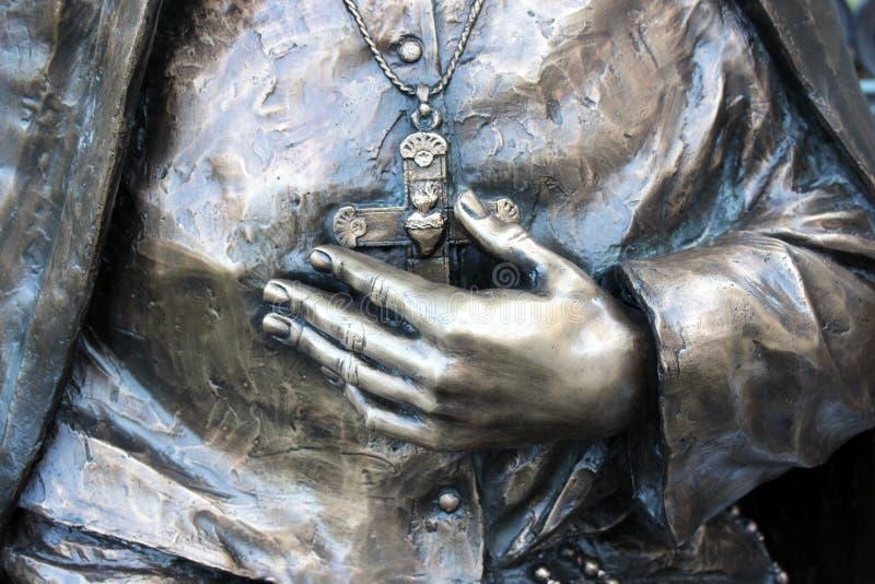 Rörande detalj i staty av kvinnas korset för handinnehav utanför domkyrkabasilikan, St Louis, 2019 royaltyfria bilder