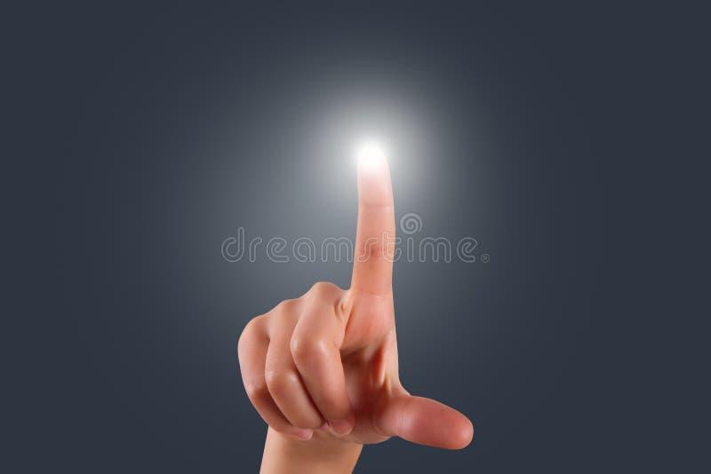 Rörande eller trängande Digital skärm för kvinnlig hand arkivfoto
