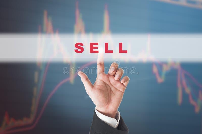 Rörande försäljningstext för affärsman på pekskärmmanöverenhet arkivfoto