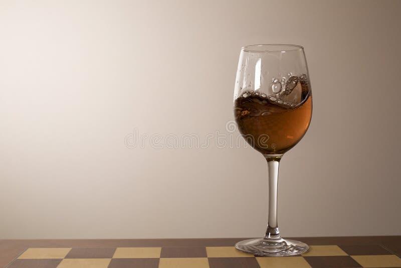Rörande flytande i ett exponeringsglas royaltyfri foto