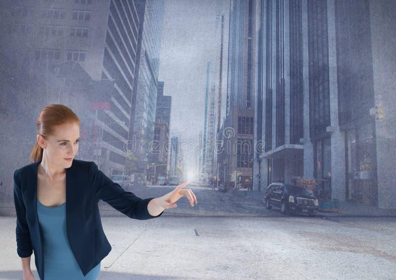 Rörande himmel för affärskvinna i högväxt stad royaltyfri bild