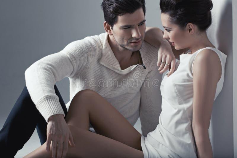 Rörande mjuk hud för stilig man av kvinnan arkivfoton