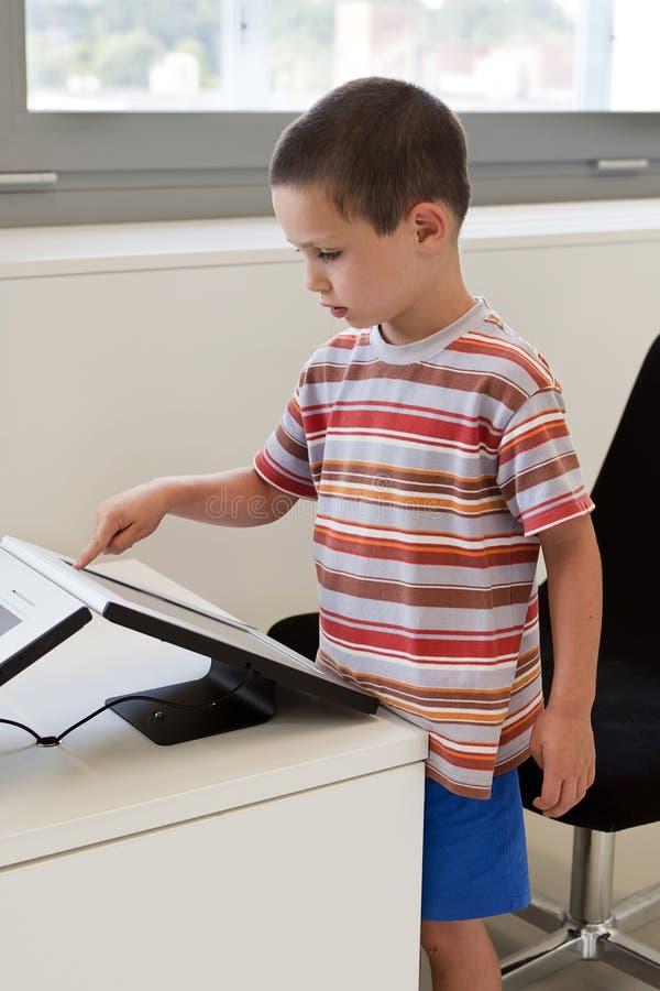 Rörande pekskärmdator för barn fotografering för bildbyråer