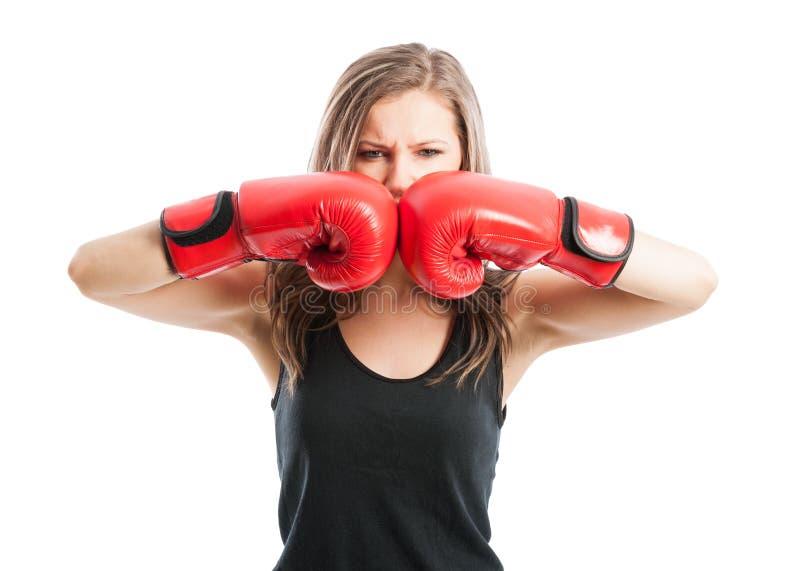 Rörande röda boxninghandskar för tokig kvinnlig boxare tillsammans royaltyfria foton