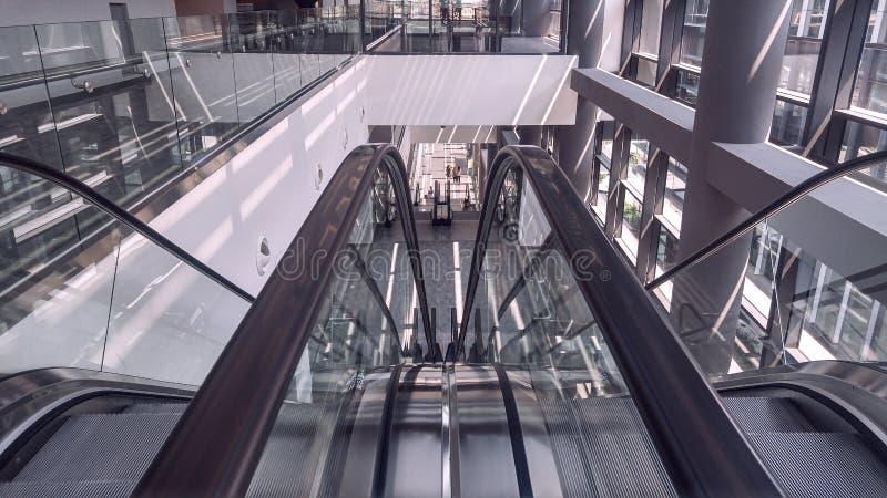 Rörande rulltrappa i inre av kontorsbyggnad arkivfoto