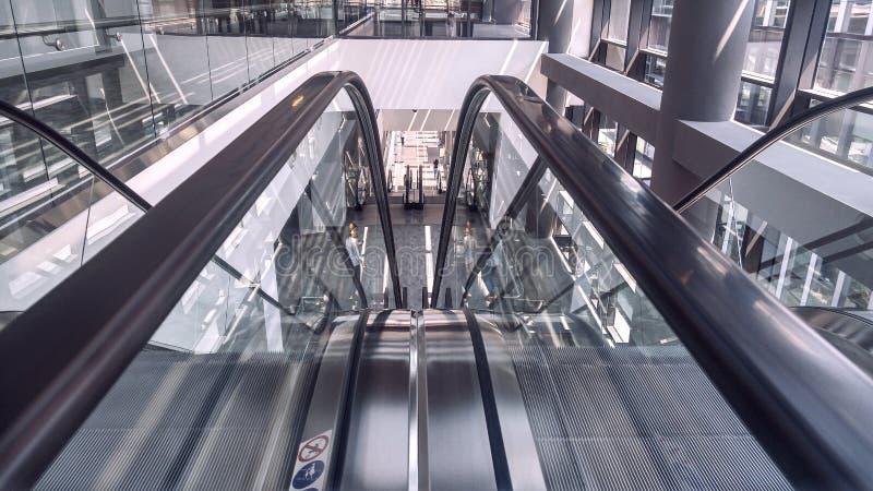 Rörande rulltrappa i inre av kontorsbyggnad royaltyfri foto