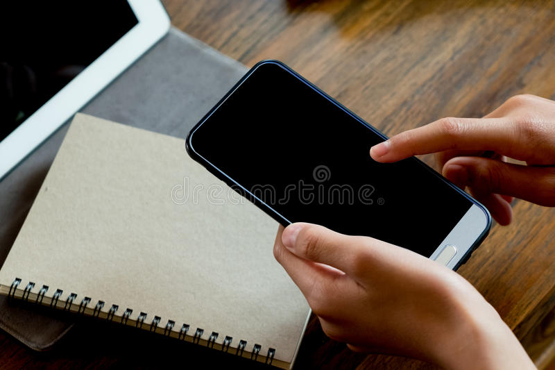 Rörande skärm för folk på den smarta telefonen för mobil arkivfoton