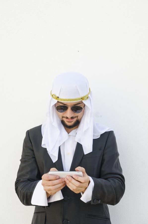 Rörande smartphone för arabisk man royaltyfria bilder