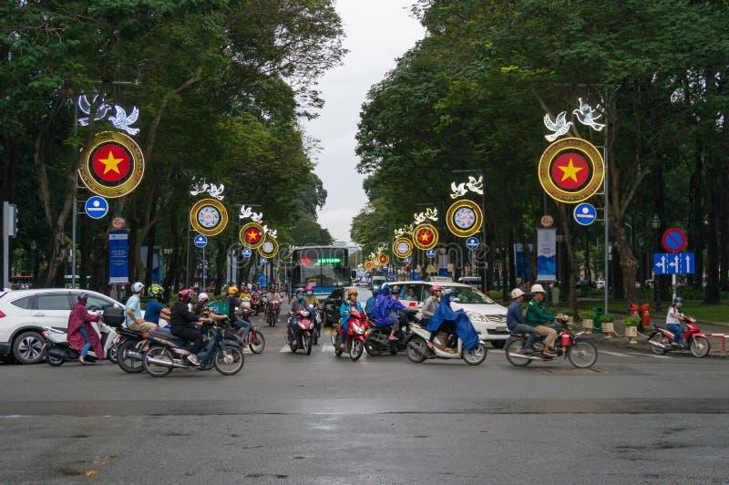 Rörande trafik som korsar gatan under rusningstid i HCMC i Vietnam arkivbild