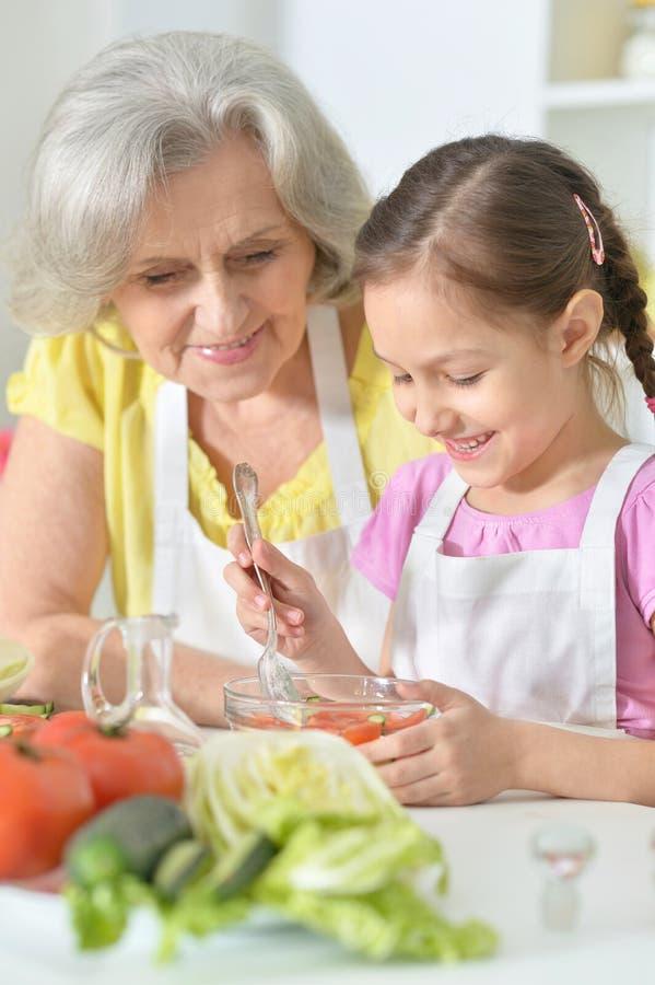 Rörd sallad för farmor och för sondotter royaltyfri bild