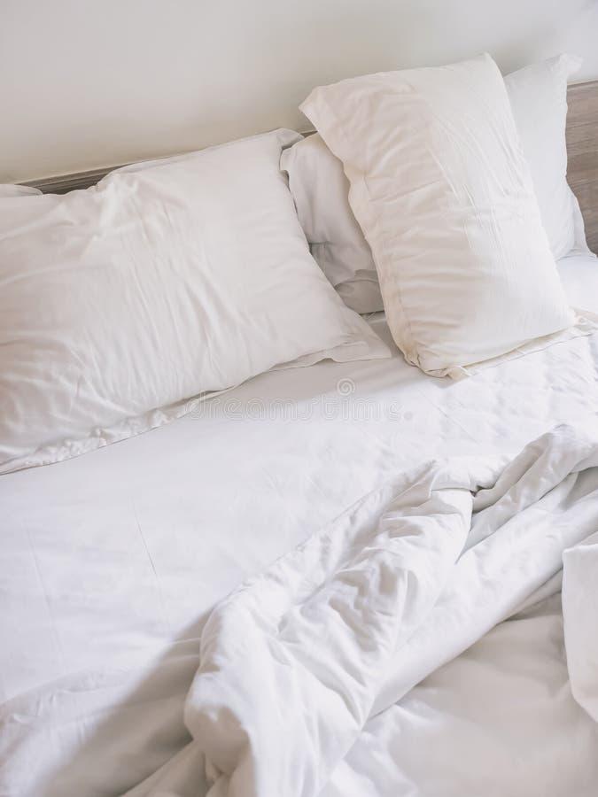 Rörda upp till sängmatress och kuddar i sovrum royaltyfri fotografi