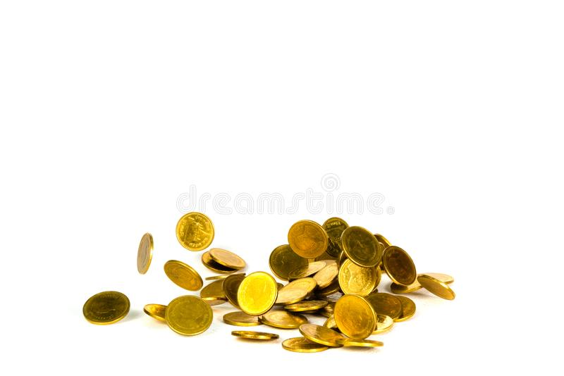 Rörelse av det fallande guld- myntet, flygmyntet, regnpengar som isoleras på vit bakgrund, affären och finansiell rikedom och att royaltyfri bild