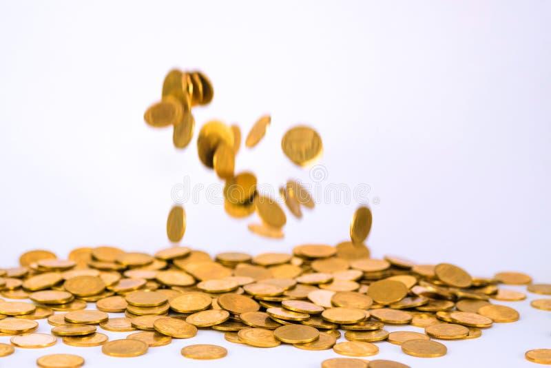Rörelse av det fallande guld- myntet som flyger myntet, regnpengar med mjukt arkivfoton