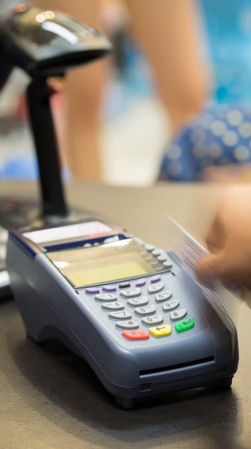 Rörelse av handen som nallar kreditkorten i lager arkivfoto