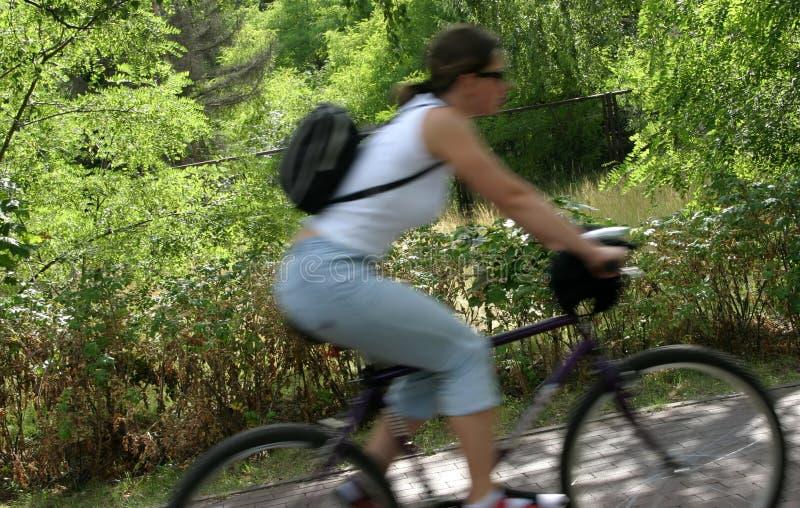 rörelse för 2 cyklist royaltyfri fotografi