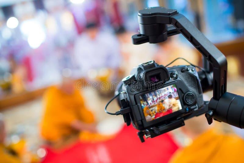 Rörelse för lås för bild för kamerashowsökare i intervju- eller TV-sändningbröllopceremoni royaltyfri fotografi
