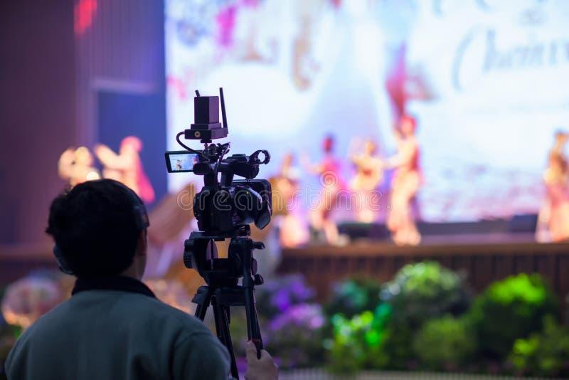 Rörelse för låset för bilden för kamerashowsökaren i gifta sig ceremoni för intervjun eller för TV-sändning, låskänsla, stoppade  royaltyfria bilder
