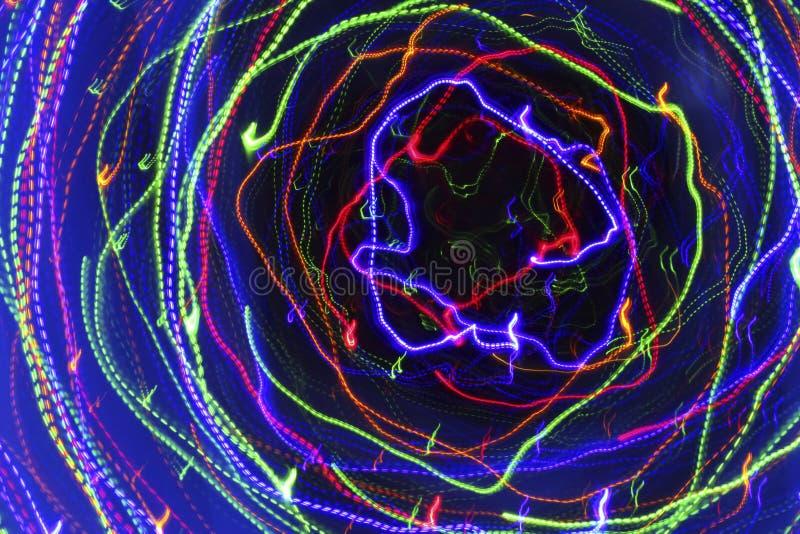 Rörelse i en spiral Abstrakt mörk bakgrund med ljust mång- stock illustrationer
